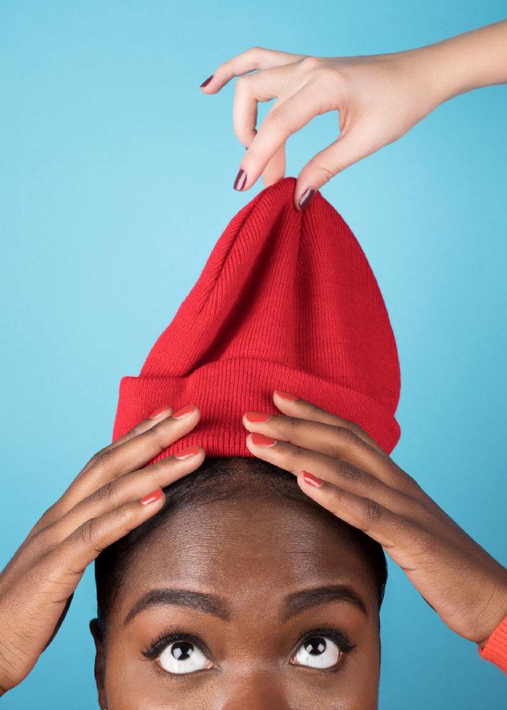 mannequin avec une manucure nailmatic avec un bonnet sur la tête